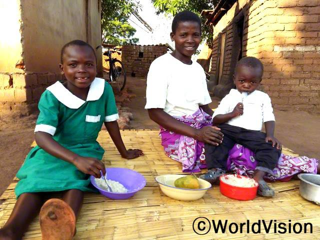 이제 저희 가정의 아이들이 건강해졌어요. 아이들이 아프거나 살이 빠지는 건 이제 예전 일이예요. -달리초(33세, 세 아이의 엄마). 월드비전이 양육그룹 105곳에 아이들을 위한 영양가 있는 음식 만들기 교육을 제공했습니다.년 사진