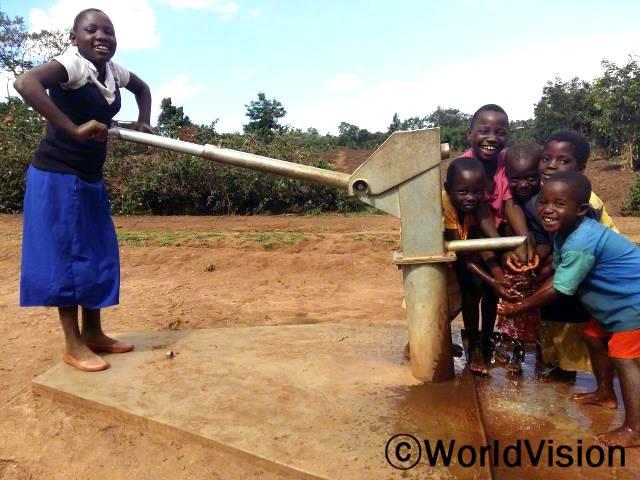 깨끗하지 않은 물을 마셔서 아빠를 포함한 우리 세 가족이 설사로 자주 아팠던 걸 생각하면 항상 눈물이 나요. 월드비전이 마을에 우물을 시공해 준 후로 설사병에 더 이상 걸리지 않아요. -타마라(13세, 6학년)년 사진