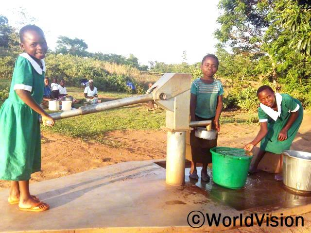 저희는 더 이상 물을 길으러 먼 길을 가지 않아도 돼요. 또한 이제 학교에도 늦지 않게 되었어요. 왜냐하면 근처에 16개 우물이 생겨 가까운 곳에서 깨끗한 물을 마실 수 있게 되었거든요. -프레이즈(10세, 가운데 냄비를 들고 있는 아동)년 사진