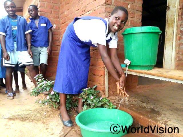 루니아(13세, 가운데)는 이제 화장실에 다녀온 뒤 손 씻는 것의 중요성에 대해 알아요.년 사진