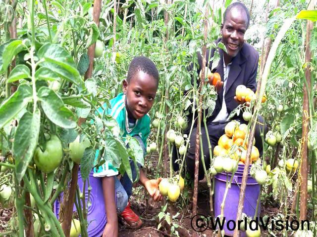 """월드비전은 47명의 목사 부부를 대상으로 농업 기술 훈련을 실시했습니다. """"월드비전의 도움으로 농업 교육을 받아 이제 가족의 끼니를 잘 챙길 수 있게 되었습니다."""" –토마슨(목사)년 사진"""