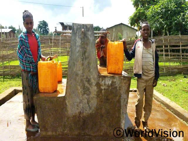 수인성 질병으로부터 안전하고 건강하게 살게 되어 기뻐요. 깨끗한 물이 나오기 전에는 큰 문제였거든요. -아부쉬(12세, 가장 오른쪽에 있는 아동)년 사진