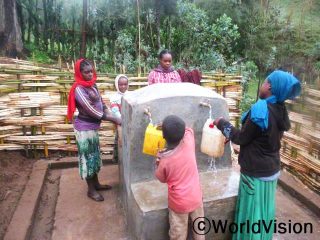 마을 가까이에 새로운 급수대가 생기면서 엘루(붉은 스카프)와 친구들은 더 이상 물을 길으러 멀리 나갈 필요가 없어졌어요.년 사진