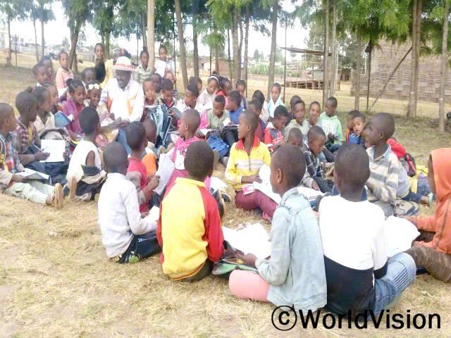 에티오피아 훌라 지역개발사업장 팀장 요셉 레다모 씨가 아동들과 함께 있는 모습입니다.년 사진