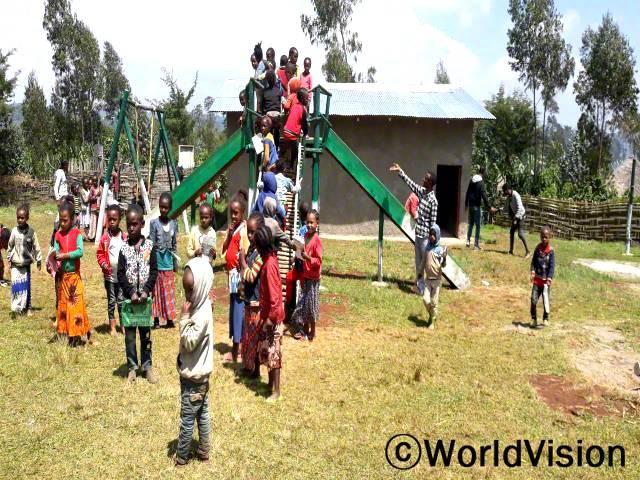 """""""월드비전의 도움으로 놀이터가 생겼어요. 이곳에서 아이들은 함께 놀며 체력과 협동심을 기르고 있어요."""" –모제스년 사진"""