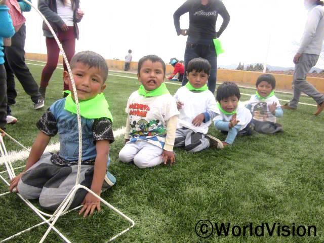 호세(4세)와 네 명의 아동들은 캠프에 참가하여 활동에 참여하고 있습니다. 아동센터에서 일하는 제니는