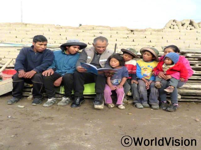볼리비아 에스페란사 지역개발사업장 팀장 플로렌티노 세고비아 파니아구아 씨와 지역사회 아동들입니다.년 사진