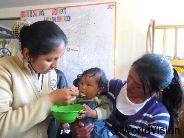 저는 어떻게 하면 자녀들을 잘 먹일 수 있는지 배우고 있어요. 저는 영양에 맞추어 먹이는 방법을 배우는 것을 좋아해요. 이제 우리는 더 건강해졌어요. -타니아(엄마, 아기를 안고 있는 사람)년 사진