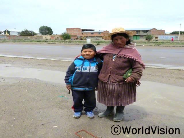 플로렌티나(모자를 쓰고 있는)는 아들 죠니가 이제 학교를 즐겁게 가게 되어 매우 행복해요. 죠니는 매일 학교 가방 챙기는 것을 너무 좋아해요.년 사진