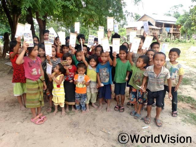 아이들은 연례발달보고서에 그림을 그려 후원자님에 대한 마음을 전했습니다. 월드비전은 후원자님의 도움을 받아 농 지역 주민들의 삶의 질 개선을 위해 노력합니다.년 사진
