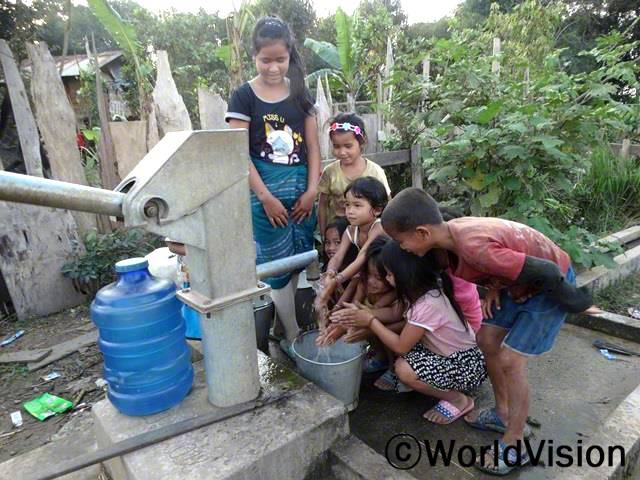 전에 우리는 물을 뜨러 우리 마을에서 멀리 있는 곳까지 걸었어요. 특히 비오는 날은 더 힘들었죠. 이제는 마을에 펌프로 물을 얻을 수 있어서 공부하고 놀 시간이 생겼어요.  - 모흐마(14세)년 사진