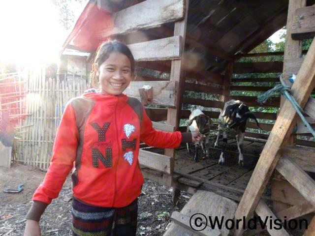 염소를 받고 나서부터 저는 학교 가기 전에 먹이를 주고 있어요. 아버지가 말씀하셨는데, 우리가 염소를 잘 키우면 우리 마을에 다른 가정에도 빌려줄 수 있을거래요!  - 아능(15세)년 사진