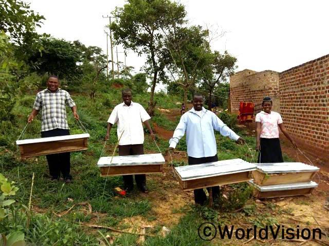 월드비전 덕분에 꿀을 수확해서 팔거나 집에서 사용할 수 있게 되었어요. 피터가 말했습니다. 월드비전은 지역사회 주민들에게 양봉교육과 양봉장을 제공하며 주민들의 가계 수입이 증가할 수 있도록 지원합니다.년 사진
