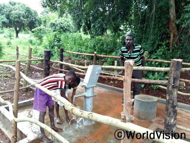 저희 마을에도 깨끗한 물을 길을 수 있는 수도가 생겼어요. 잭슨(7세)이 말했습니다. 월드비전은 지역사회 주민들이 깨끗한 물을 얻을 수 있도록 마을에 수도관을 지원합니다.년 사진