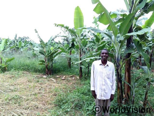 바나나 농장을 세웠어요. 이제 각 가정에 충분한 식량을 얻을 수 있을 거예요. 앤드류(농부)가 말했습니다. 월드비전은 수확량을 더 늘릴 수 있도록 지역사회 농부들에게 더 좋은 농사법을 알려주었습니다.년 사진