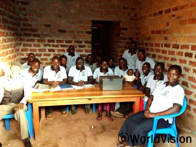 저축을 하며 아이들 학비를 내요. - 존(왼쪽에서 두번째) 월드비전은 주민들에게 저축의 중요성을 알리며 마을 경제가 발전할 수 있도록 돕습니다.년 사진