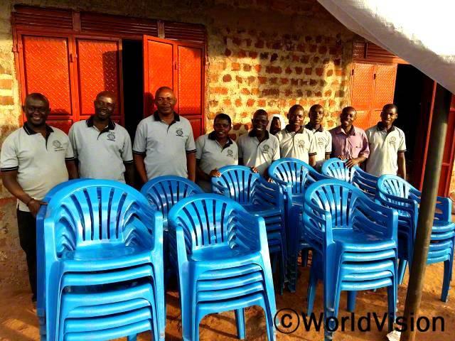 마을 저축모임에서 의자를 구매했어요. 이 의자들을 대여해 주면서 우리 가족이 사용할 돈을 벌어요. - 아너(왼쪽에서 두번째) 월드비전은 주민들에게 저축의 장점을 설명해주고, 각 가정이 마을에서 재정적으로 안정되게 지낼 수 있도록 돕습니다.년 사진