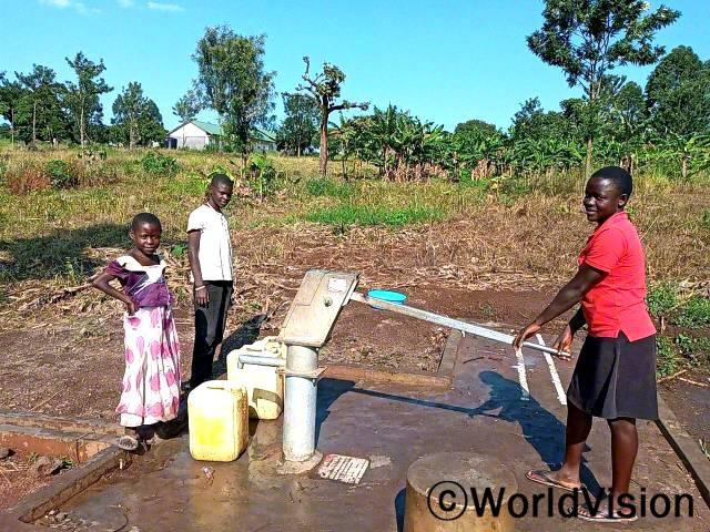 """""""월드비전의 도움으로 마을에 수도시설이 생겨 이제는 물을 안심하고 마실 수 있게 되었어요."""" –수산(13세, 맨 오른쪽)년 사진"""