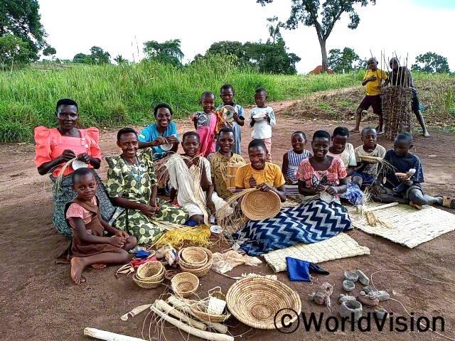 """마을 아이들은 월드비전의 생활기술 훈련을 받아 부모를 도우며 생활에 보탬이 되고 있습니다. """"월드비전의 도움으로 마을에서 쉽게 구할 수 있는 재료를 가지고 바구니와 모자 만드는 법을 배웠어요. 저희는 이제 이것들을 판매해서 학비를 마련하는 데 사용할 거예요."""" –사라(12세)년 사진"""