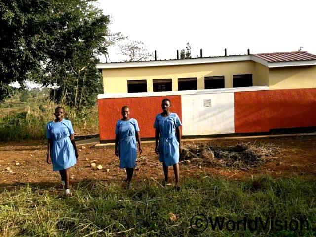 월드비전은 학생들이 위생적인 환경에서 공부할 수 있도록 학교에 화장실을 설치했습니다.
