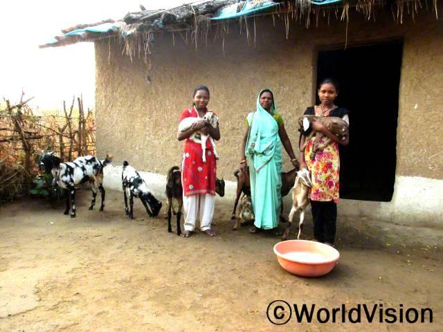저와 저희 가족은 아무런 소득도 없었어요; 그 때 월드비전의 지원으로 다섯 마리의 염소를 받았습니다. 이제는 돈을 벌어서 옷과 책을 사고 아이들이 먹을 음식도 구할 수 있게 되었습니다. -무니타, 가운데 여성년 사진