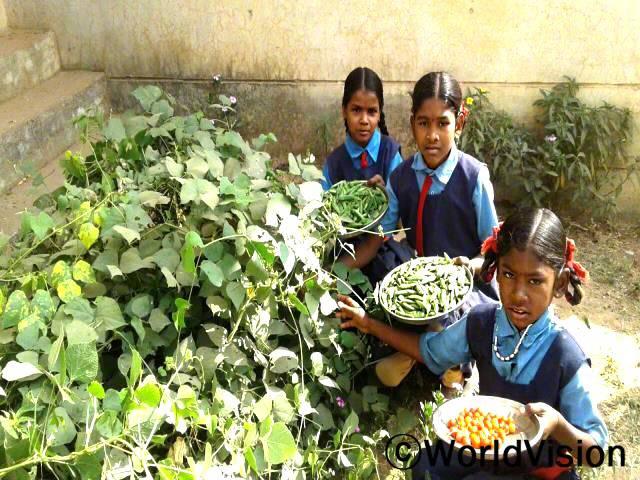 우리는 매일 같은 음식을 먹었어요. 학교에서는 맛있는 음식을 다양하게 먹을 수 있어서 학교가는 길이 즐거워요. -안잘리(9세)년 사진