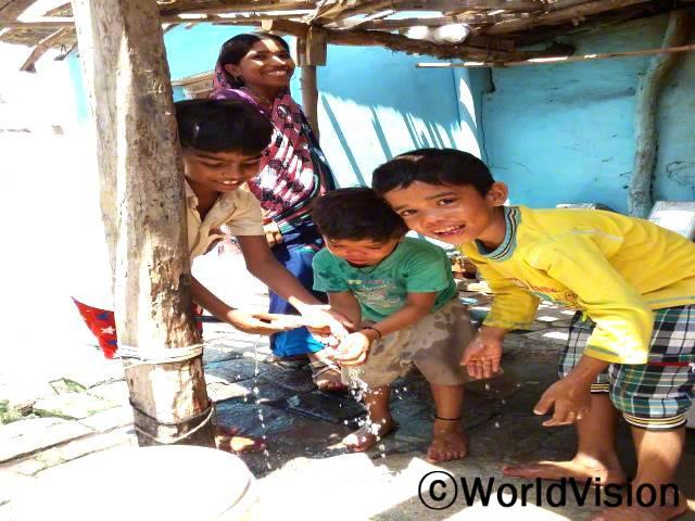 저희 마을에는 물탱크가 생겨서 모든 가정에게 물을 공급할 수 있게 되었습니다.