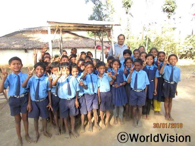 인도 빌라스푸르 지역개발사업장 팀장 멜비 토마스 씨와 지역사회 아동들입니다.년 사진