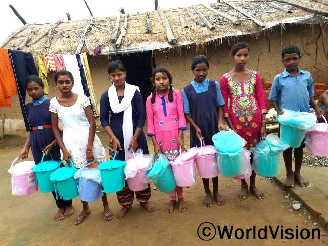 예전에 우리는 쓰레기를 아무데나 버리곤 했어요. 저희 마을은 더러웠어요. 이제 우리는 월드비전에서 제공한 쓰레기통을 사용해요. 이제 우리 마을은 정돈되고 더 깨끗해졌어요. -카비타(14세, 가운데 분홍치마를 입은 아동)년 사진