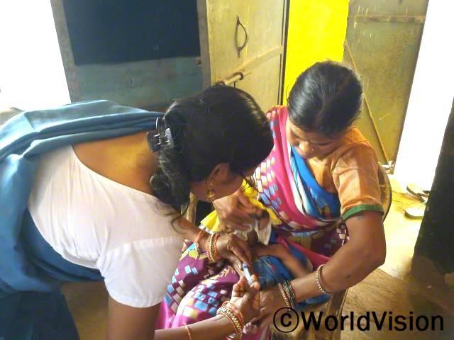 영유아기 백신접종은 심각한 질병으로부터 아동을 보호하는 가장 좋은 방법입니다. 백신접종은 체내 자연적인 방어 메카니즘인 면역반응을 이용한 것으로 특정 감염에 대한 저항을 기르고 아이들이 건강할 수 있도록 합니다.년 사진