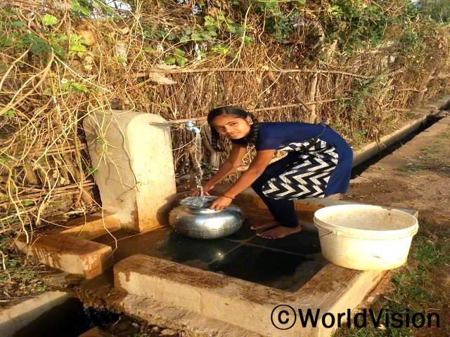 월드비전이 마을에 물탱크와 수도관을 설치해준 덕분에, 매일 깨끗한 물을 얻을 수 있게 됐어요. 이제는 안전하게 마실 수 있는 물도 받을 수 있고 집안일을 하는 데 필요한 물도 얻을 수 있게 되었어요.년 사진