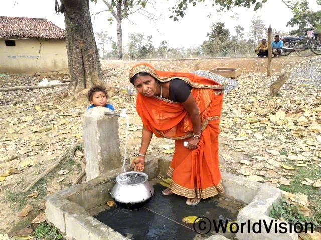 식수와 가정에서 사용할 물을 구하는 데 어려움이 많았는데, 월드비전에서 마을에 물탱크와 수도관을 설치해준 덕분에 마을 가정마다 물을 충분히 사용하게 됐어요. 이제 안심하고 물을 마실 수 있어요. - 안자니년 사진