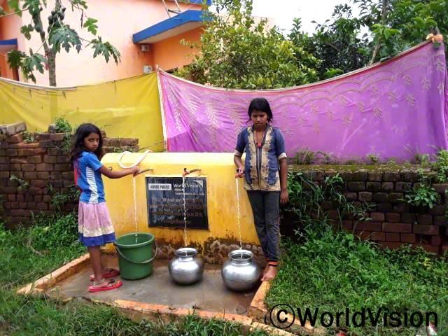 월드비전이 마을에 수도시설을 만들어 준 덕분에 마을 사람들이 깨끗한 물을 이용할 수 있게 되었습니다. 마을의 440 가구가 식수 또는 생활용수로 사용하며 혜택을 받고 있습니다.년 사진
