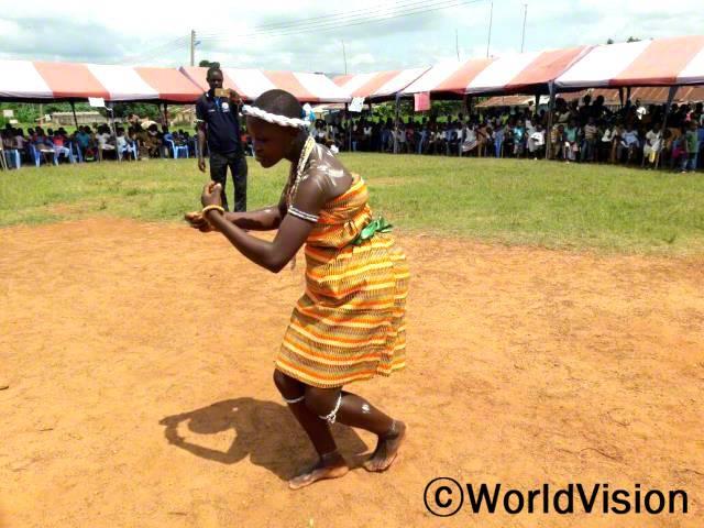 읽기 축제 도중 '아도와' 춤을 선보이는 아동년 사진