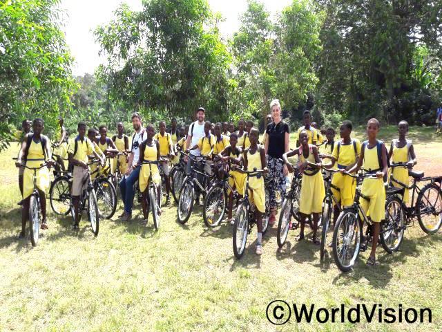 학교에서 멀리 떨어진 비포아스 마을의 아동들이 매일 아침 학교까지  걸어다니는 수고를 덜 수 있도록 월드비전이 아이들에게 자전거를 선물했습니다.