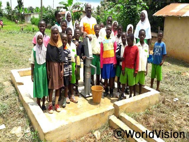 가나 판테아크와 지역개발사업장 팀장 크리스토퍼 테예씨와 아동들의 모습입니다.년 사진