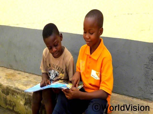 읽기캠프를 시작한 후, 책 읽기를 좋아하게 되었고, 학교를 마친 후에는 가장 친한 친구와 책을 읽어요. -주니어 돌핀(10세, 오른쪽에 있는 아동)년 사진