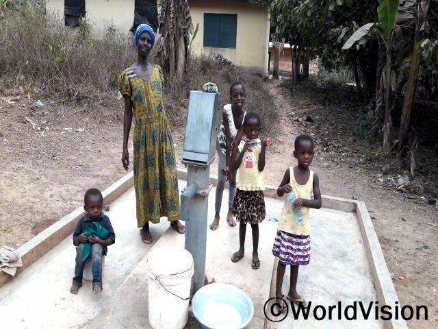 깨끗한 물을 마심으로써 수인성 질병이 예방되고 건강해 진다는 걸 배웠어요. -패트리샤, 할머니를 위해 물을 긷고 있는 아동년 사진