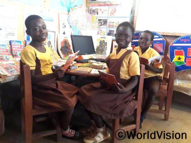 초등학생들의 읽기 능력을 강화시키는 독서교실이 진행 중입니다.월드비전에서 교과서와 읽을 책을 보내주었고, 덕분에 마을 아이들의 읽기 실력이 점차 향상되고 있습니다.년 사진
