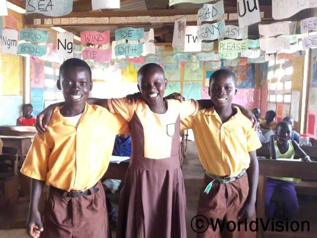 떼예 모니카(두 소년 사이에 있는 소녀, 9세)는 학급 반장입니다.다양한 자료들 덕분에 수업 내용이 재미있고 유익해서, 요즘에는 더 즐겁게 배우고 있다고 합니다.년 사진