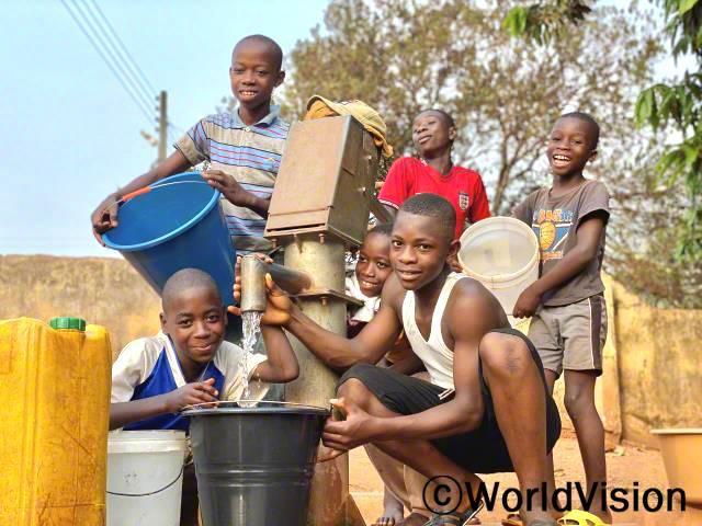 마을에 수도시설이 생겨 세스(13세)와 가족이 안전하고 깨끗한 물을 마실 수 있게 되었습니다.년 사진