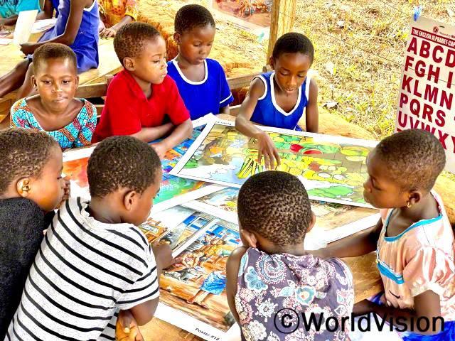 마을 아이들이 독서교실에 참여하여 글을 읽고 쓰는 법을 배우고 있습니다.년 사진