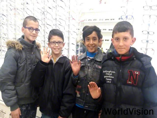 30명의 아동은 시력검사를 받았으며 이들 중 18명의 아동은 월드비전의 지원으로 안경을 맞췄습니다.