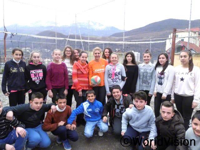 에드리아 레아저씨가 지역사회 아동들과 함께 있는 모습입니다.년 사진