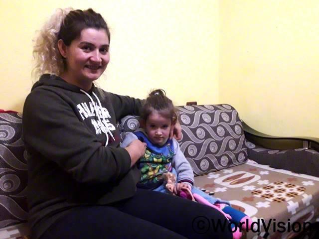 저의 딸에게 치료가 필요했지만 외딴 지역에 살고 있어서 치료 받기 어려운 상황이었어요. 월드비전 덕분에, 딸이 매일 치료를 받을 수 있어 기뻐요. -린디타(엄마)년 사진