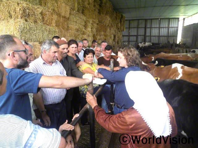 수의사 35명이 마을을 방문하여 기술 전수를 해 주었는데, 특히 소의 질병 증세나 예방에 대해 교육을 진행했습니다.