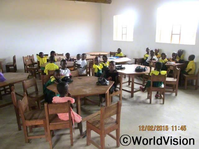 책상과 의자를 지원받아 더 좋은 환경에서 공부(읽기,쓰기)하게 된 아동센터 아이들년 사진