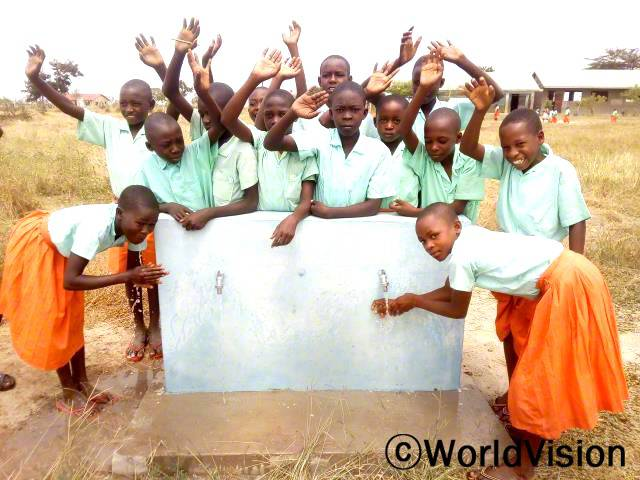 학교에 물이 없어서 학교 가기가 힘들었어요. 물탱크 공사를 한 뒤로는 식수와 점심을 준비할 물과 손 씻을 물이 충분해요. 이로 인해, 학교생활이 더 즐거워졌어요. -소피아(11세, 손 씻고 있는 오른쪽 아동)년 사진