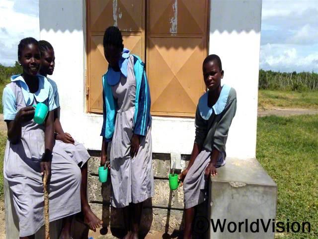 전에는 더러운 물을 마시고 수인성 질병에 걸려 아프고 학교도 빠지기도 했어요. 지금은 월드비전이 물탱크를 지원해 준 덕분에 깨끗한 물을 마시고 건강을 지킬 수 있어요. -위니(14세, 가장 왼쪽에 있는 아동)년 사진