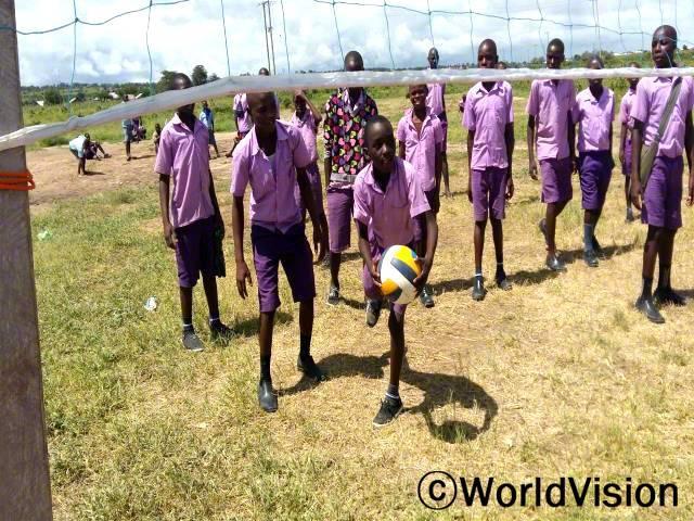 우리 어린이들도 공놀이에 함께 참여해서 게임 할 수 있는 기회가 주어져서 기뻐요. 저는 커서 훌륭한 발리볼 선수가 될거예요. -아마니(11세, 공을 갖고 있는 아동)년 사진